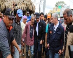 Presidente Medina, recorre zonas afectadas por María; escucha a la gente e instruye soluciones
