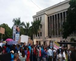Maestros protestan frente a Educación por reivindicaciones